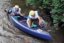 Závodníci se musí vyrovnat s řadou překážek, která jim řeka připraví. A hlavně nesmí ztratit loď.