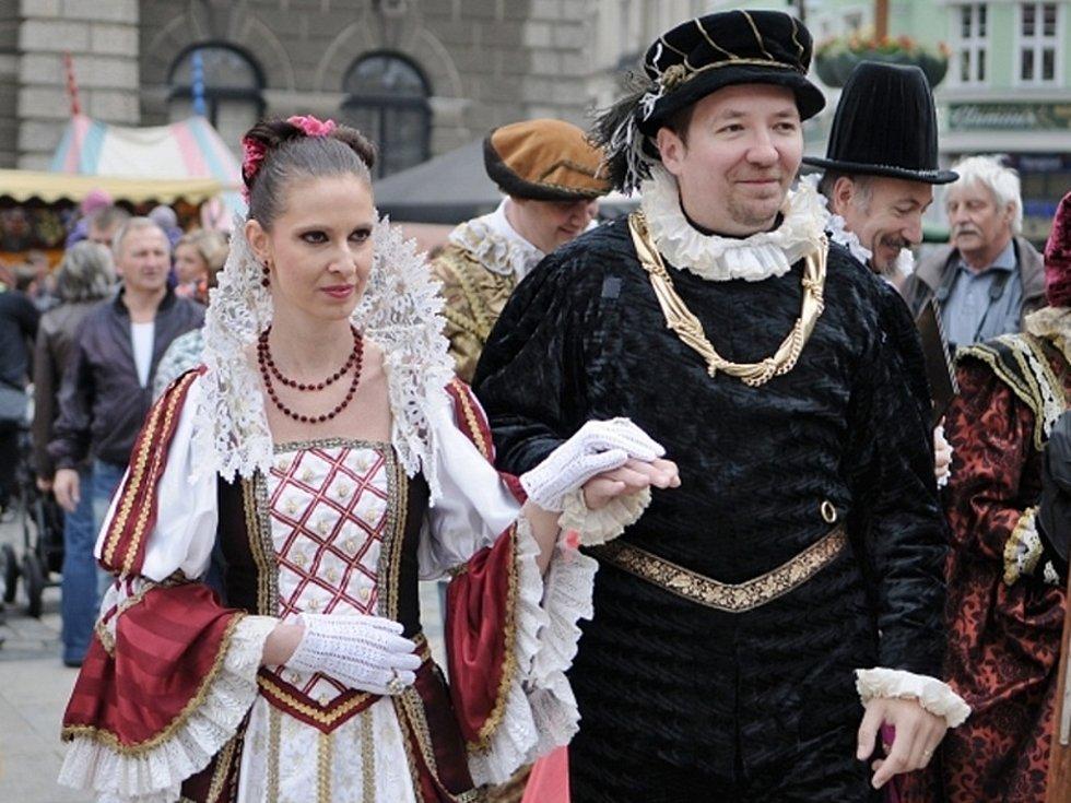 JARMARK. Centrum města v sobotu vypadalo jako v 16. století. Zaplnili ho rytíři v brnění, kejklíři, potulní muzikanti a herci.