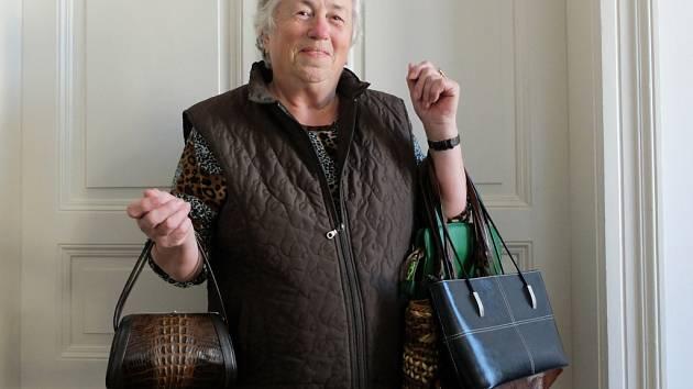 Marta Janusová z Liberce přinesla do redakce 4 kabelky. V pravé ruce drží kabelku z krokodýlí kůže, kterou věnovala Jaroslava Kotynková.