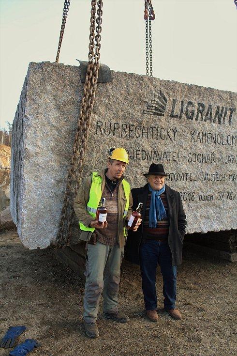 V neděli 25. listopadu vynesli z ruprechtického lomu v Liberci rekordní kámen o váze sto tun. Na snímku zaměstnanec lomu Vojtěch Mai (vlevo) a sochař Jaroslav Róna, který kámen využije pro svou tvorbu.
