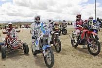 NA STARTU. V bílém mezi ostatními je s číslem 39 na KTM 450 liberecký David Pabiška.