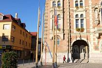 Před frýdlantskou radnicí stojí obří špejle, symbolizují pilíře demokracie.