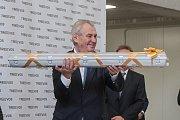 Prezident České republiky Miloš Zeman navštívil 9. května společnost Trevos v Turnově. Na snímku Miloš Zeman s darem - patnáctimiliontou vyrobenou zářivkou.