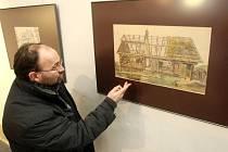 Etnograf Severočeského muzea Petr Brestovanský ukazuje obrázek jednoho z hrázděných domů, který zachytil ve své perokresbě Josef V. Scheybal.