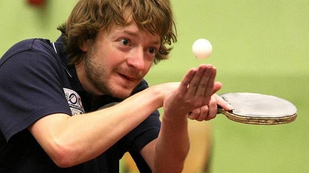 HYPNOTIZÉR MACELA. Liberecký Petr Macela zhypnotizoval míček i své soupeře. Ve dvou utkáních nasbíral šest bodů.