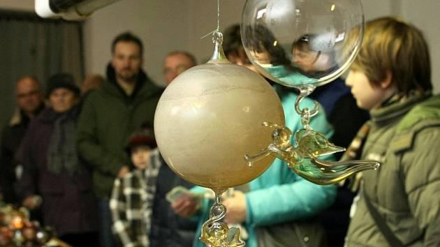 Tradiční vánoční trhy ve sklárně v Heřmanicích.