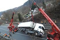 Kamion v Dolánkách stavěly na kola 2 hasičské jeřáby.
