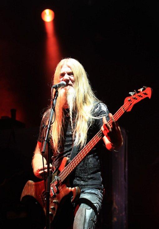 Na snímku headliner festivalu finská metalová kapela Nightwish v čele s novou frontmankou Floor Jansen. Na snímku baskytarysta Marco Hietala.
