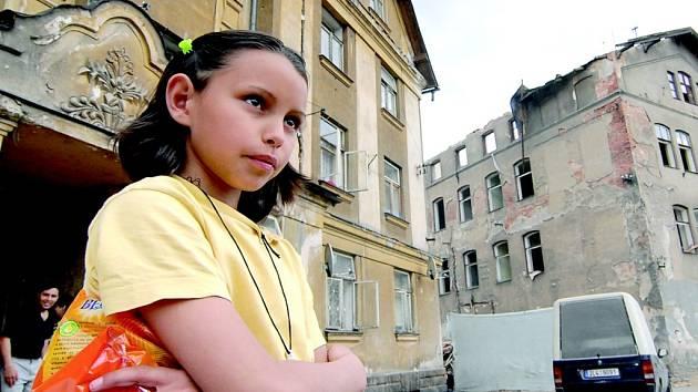 TITANIK. Dům v Tanvaldu zmizel, lidé, kteří zde žili, ale nikoli. Někteří se přestěhovali do velkohamerských Karzouz, jiní přišli do Liberce. Najít nové bydlení je náročné, zvláště když jste Rom.