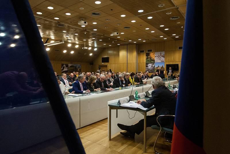 Výjezdní zasedání vlády ČR v Libereckém kraji proběhlo 13. března. Na snímku je schůzka se členy Rady Libereckého kraje.