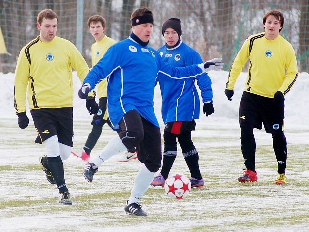 Doubský střelec Martínek (uprostřed s míčem) v obležení hejnických hráčů.