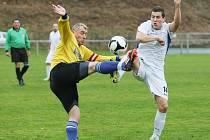 PLYNAŘSKÝ TANEČEK. Fotbalovou parádu předvedl Gasservis Liberec v Chrastavě, kde vyhrál 5:1. Na snímku je vlevo Švanda z Gasservisu a domácí Kouba v bílém.