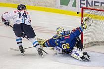 Hokejisté Zlína (v modrém) na Zimním stadionu Luďka Čajky porazili Bílé Tygry z Liberce 4:3 po nájezdech, když se o rozdílovou trefu postaral Zdeněk Okál. Vlevo Adam Musil z Liberce.