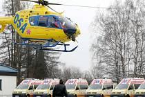 Osm nových sanitních vozů Volkswagen představila Zdravotnická záchranná služba Libereckého kraje na libereckém letišti. Těšit se na ně mohou například záchranáři z Českého Dubu, Semil či Liberce.