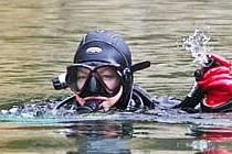NEJSOU VIDĚT, PROTOŽE PLAVOU POD VODOU. Potápěči z Aqua klubu Liberec jsou nejlepší.