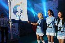 EVROPA V ARÉNĚ. Vlajka Evropské stolnětenisové unie vystoupala včera večer na stožár v Tipsport areně na slavnostním zahájení evropského mistrovství veteránů.