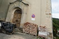 POZDNĚ EMPÍROVÝ KOSTEL NAVŠTÍVENÍ PANNY MARIE byl vystavěn v letech 1858–1860 z darů místních lidí. Přestože od roku 1948 neslouží svým účelům, je neodmyslitelnou součástí Harcova.