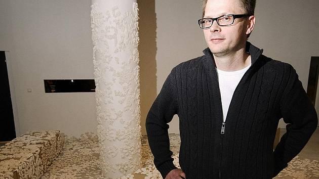 JÁCHYM FLEIG před svou instalací v prostoru galerie Die Aktualität des Schönen...