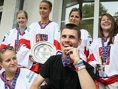 ZLATÁ MEDAILE UDĚLALA DĚTEM OBROVSKOU RADOST. České hokejistky věnovaly jednu ze zlatých medailí, které vybojovaly na mistrovství světa v Lotyšsku, postiženým dětem z Jedličkova ústavu. Pobavily se s nimi také na Letní zahradní slavnosti.