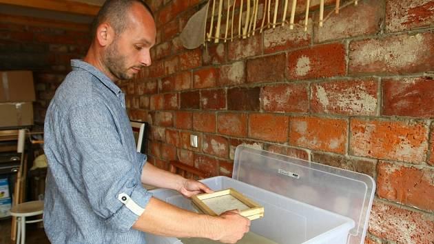 S LEVANDULÍ. Na velkém snímku ukazuje Michal Gorec japonský papír zdobený levandulí. Fotky dole zachycují výrobu papíru a hlavní surovinu morušovník.