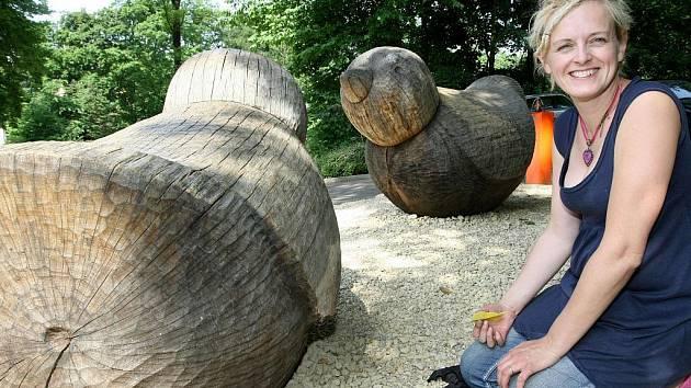 OBLÍBENÉ SOUSOŠÍ S NÁZVEM PTÁCI se po svém ročním umístění na náměstí Dr. Edvarda Beneše, přemístilo natrvalo před vchod do liberecké zoologické zahrady. Autorka provádí drobné opravy.