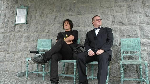 AUTOR LIBERECKÉ SOCHY, ZASTÁVKY DAVID ČERNÝ A PRIMÁTOR JIŘÍ KITTNER čekají pod prostřeným stolem, který tvoří střechu zastávky, na autobus.