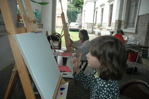TÁBOR V GALERII Chce to hlavně nápad, vědí děti z příměstského tábora v Oblastní galerii v Liberci. Letošního kurzu se účastní třináct dětí . Aneta Zelenková se právě rozmýšlí, co namaluje na plátno.