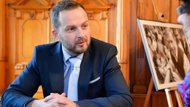 TIBOR BATTHYÁNY (Hnutí ANO) se stal primátorem Liberce 27. listopadu 2014. Povolební vyjednávání přitom trvalo nejdéle z celé republiky. Volby totiž vyhrála Změna pro Liberec, se kterou nikdo do koalice nechtěl. Původně ani Hnutí ANO.