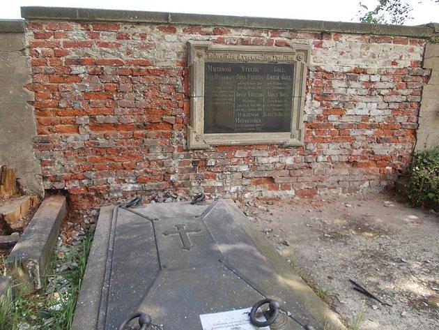 ZDEVASTOVANÁ hrobka se brzy dočká opravy. Spolek Patron už nechal vyčistit a obnovit postranní desky, kde je uvedeno i Matouschkovo jméno. Hrobka by měla být obnovena do půlky července.