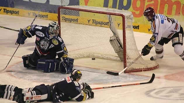 KONEC V SEMIFINÁLE. Liberecký brankář Milan Hnilička inkasuje první gól v pátém semifinále se Spartou.