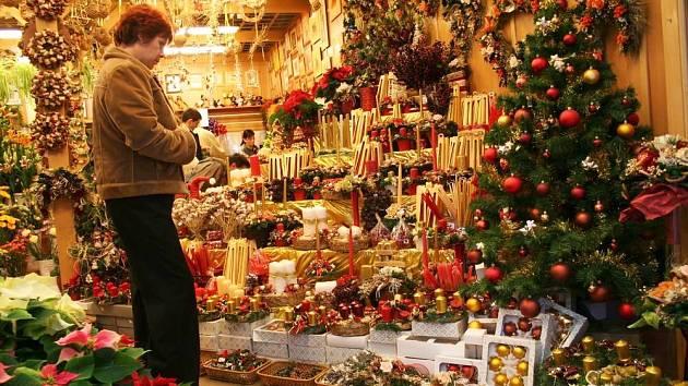 Vánoční zboží začíná plnit supermarkety, nabídka je každý rok širší.