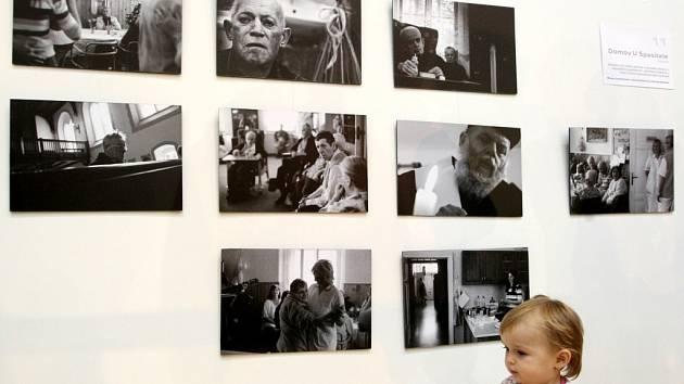 Své snímky představuje v knížce Úhel pohledu i na stejnojmenné výstavě v knihovně dvanáct libereckých autorů.
