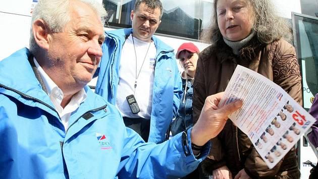 ROZDÁVAL AUTOGRAMY. Přes sto lidí dorazilo včera na mítink Strany práv občanů – Zemanovců před liberecký obchodní dům Plaza. Miloš Zeman odpovídal na otázky lidí a podepisoval se jim.