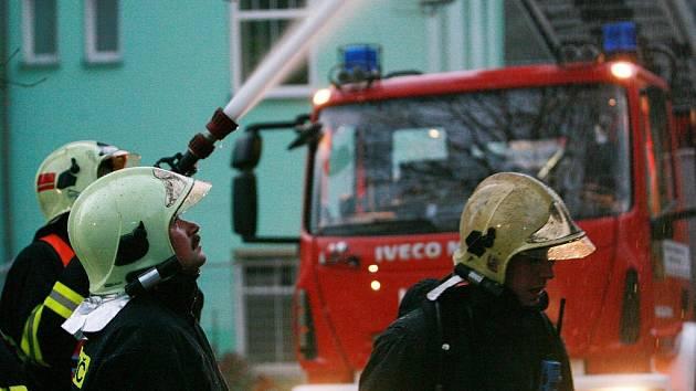 Požár domu v ulici U Potůčku poblíž třídy Dr. Milady Horákové.