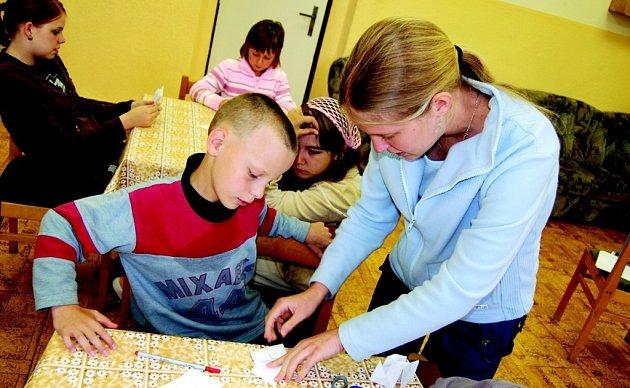 ZÁBAVA.  Studentka Petra Mecelová pomáhá při tvůrčí činnosti Michalu Sedláčkovi.