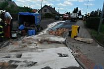 TISÍC LITRŮ nafty uniklo z nádrže kamionu.