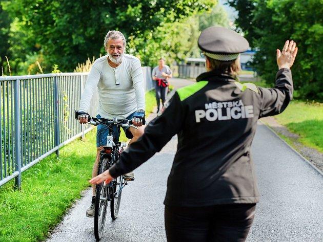 POLICISTÉ HLÍDAJÍ i cyklostezky. Dopravně-preventivní akce liberecké městské policie Bezpečně po cyklostezce pokračovala 16. července v Liberci.