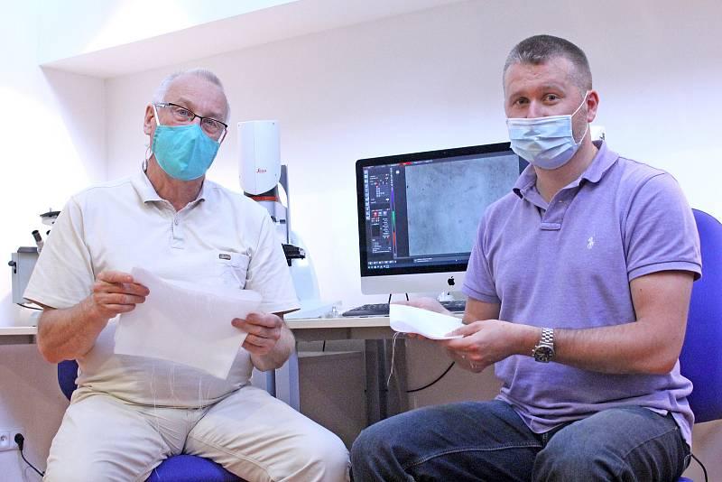 Jiří Chvojka (vpravo) z fakulty textilní a Petr Louda z fakulty strojní s materiálem z kyseliny polymléčné.