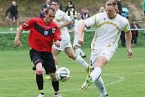 MOMENTKA Z VESCE. Domácí kapitán Lukáš Hůlka (vpravo) v souboji s hostujícím Václavem Bobkem. V dobrém utkání domácí nedokázali vstřelit víc jak jeden gól, a proto jen plichtili 1:1.