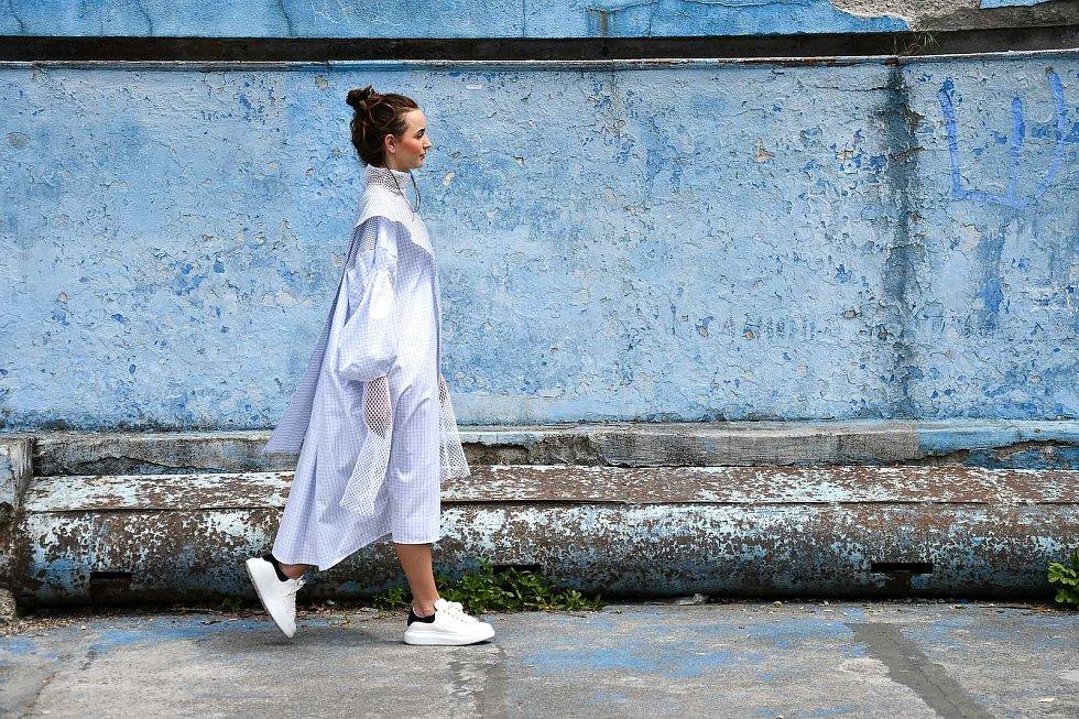 Na snímku je model Anny Střídové, studentky programu Návrhářství textilu a oděvu.