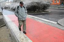MOHOU SEM CHODCI I CYKLISTÉ. Nový pruh v ulici Na Bídě je společnou cestou jak pro chodce, tak také pro cyklisty.