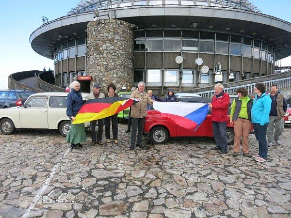 Do kraje se sjeli milovníci Trabantů. Přijeli podpořit budoucí Technické muzeum. Společná fotka na rozloučenou.