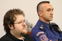 Vůdce skupiny, obžalovaný Jakub Sitte na lavici v soudní síni.