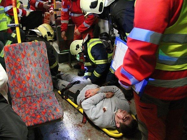 """Cvičení: Pád letadla v Hodkovicích nad Mohelkou, kterým """"cestovalo"""" dvacet lidí, z nichž dva na následky zranění """"zemřeli""""."""