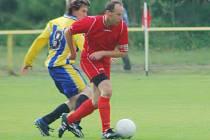 Vladislav Petrovič (vpředu) hraje jak fotbal za Nové Město, tak je i jeho jednatelem.