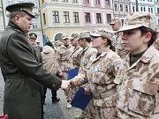 Slavnostní nástup vojáků v Liberci.