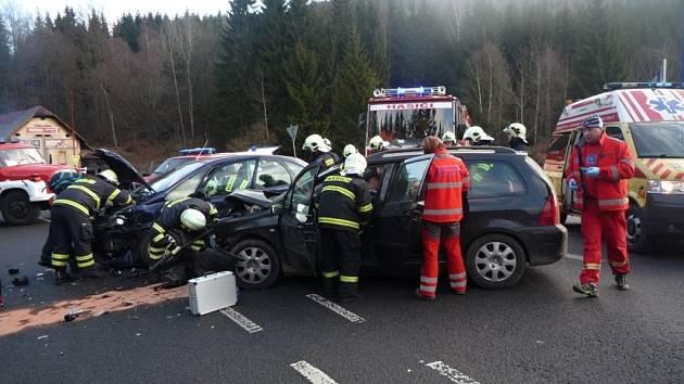 Nehoda osobních automobilů na silnici do Harrachova (na křižovatce na Mýtě)
