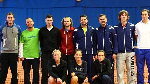 LTK LIBEREC. Zleva stojí: Haider-Maurer, Hájek, Prokop, Schmid, trenér Trsek, nehrající kapitán Stočes, Majšajdr, Karpíšek. Dole zleva: Mayr-Achleitnerová, Cadantu a Krejsová.