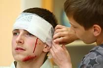 DĚTI SI při akci vzájemně ošetřovaly namaskované rány. Šikana může být také bolestná po psychické stránce.
