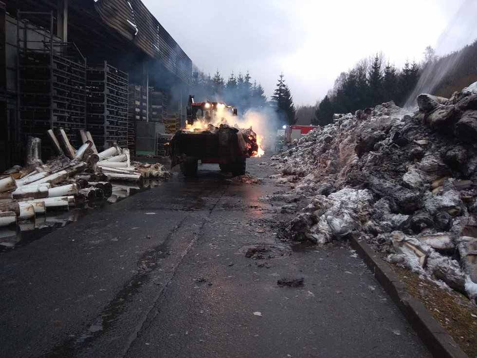 Požár tovární haly hasiči zlikvidovali v sobotu dopoledne.